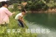 搞笑视频:遇到这样的队友,落水那是必须的