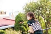 美女图片:阳台美女超短格子裙戴草帽玩转小清[多图]
