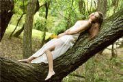 美女图片:坐在水边的古树上 犹如仙女降临人间[多图]
