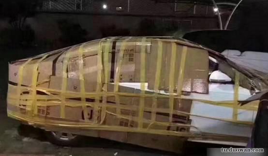 搞笑图片:为防御台风把车包裹起来,有用吗?[多图]