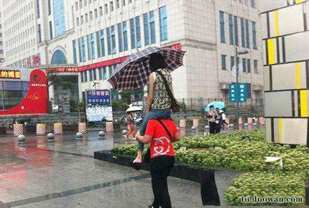 爆笑?图:两个人打一把伞,怎样才能不淋湿[多图]