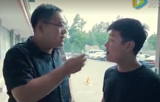 搞笑视频:老板装逼,被小仔坑
