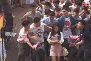 李小璐现身校园 一群男生激动得都快疯了![多图]