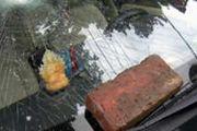 停车占道被砸整块砖扔车头 挡风玻璃被砸粉碎[多图]