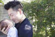 有答案了!李小鹏晒与儿子蹭鼻子温馨照片[图]