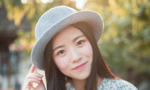 美女图片:戴时尚沿边帽的温婉美女写真!