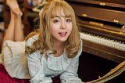 美女图片:弹钢琴的金发刘海美女写真集![多图]