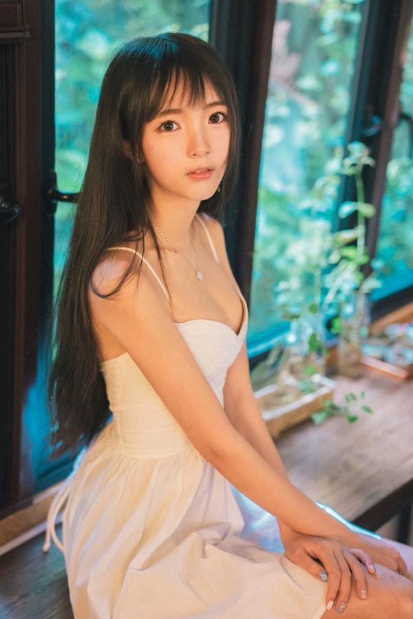 美女写真:漂亮的长发刘海樱桃小嘴清纯美女!