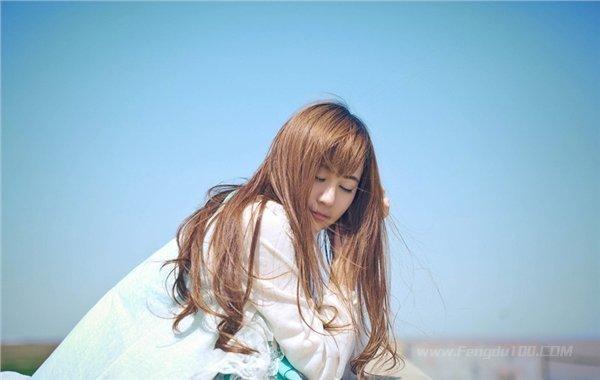 美女图片:微风下的清纯小女生 随风飘逸动感[多图]图片2