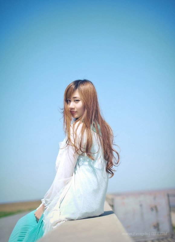 美女图片:微风下的清纯小女生 随风飘逸动感[多图]图片5