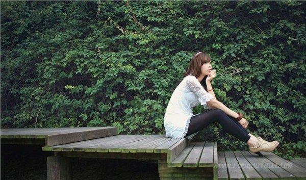 美女图片:清纯可爱的美女户外写真[多图]图片1