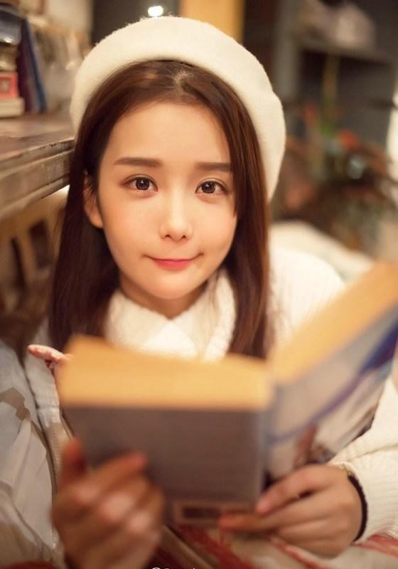 美女图片:咖啡馆甜美女孩纯白系写真[多图]图片3