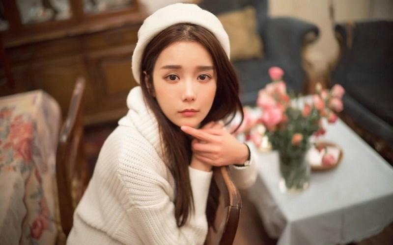 美女图片:咖啡馆甜美女孩纯白系写真[多图]图片1