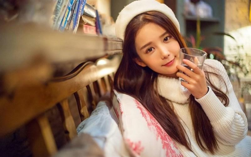 美女图片:咖啡馆甜美女孩纯白系写真[多图]图片6