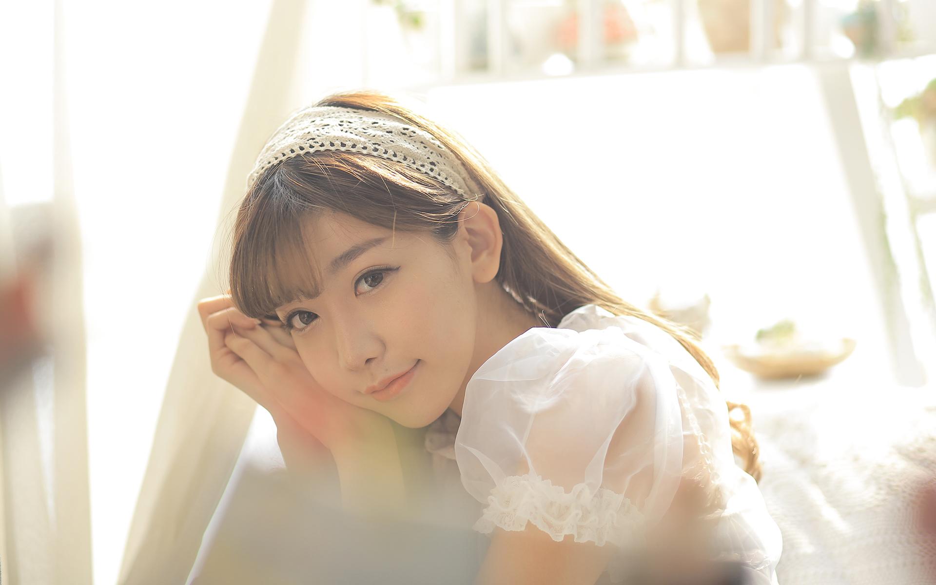 美女图片:咖啡馆甜美女孩纯白系写真[多图]图片8