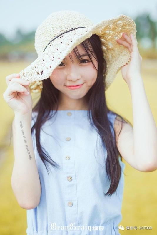美女图片:清纯美女夏日室外可爱写真[多图]图片7
