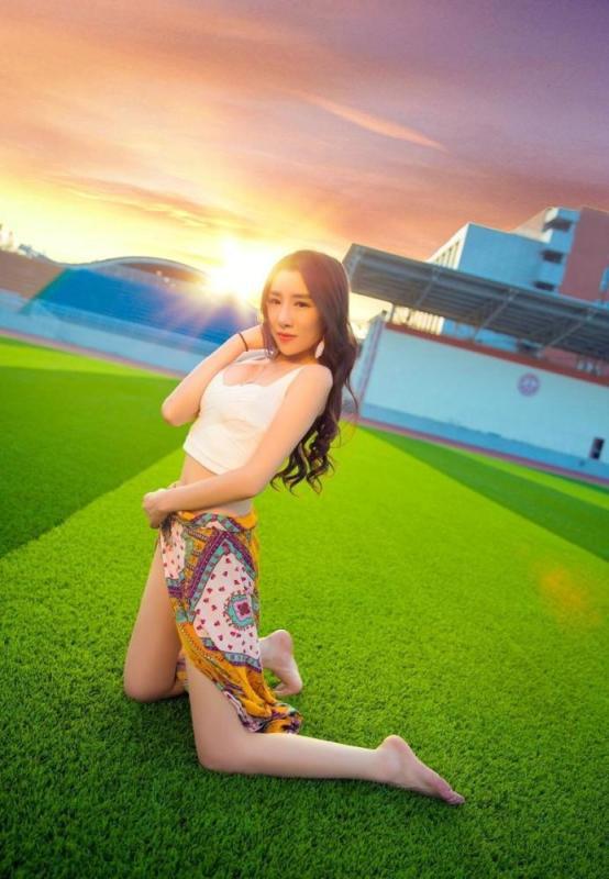 美女图片:美女夏日清新白皙美腿迷人写真[多图]图片6