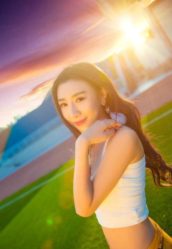 美女图片:美女夏日清新白皙美腿迷人写真[多图]图片5