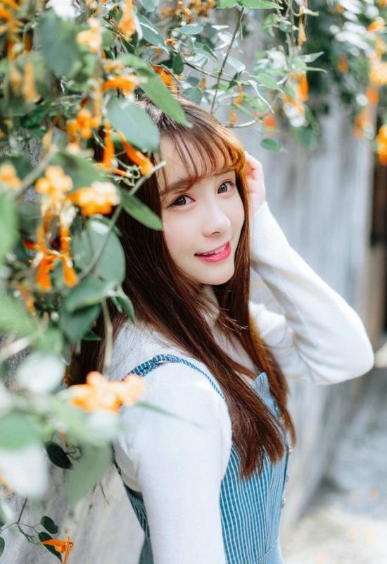 美女图片:齐刘海美女户外美照[多图]图片1