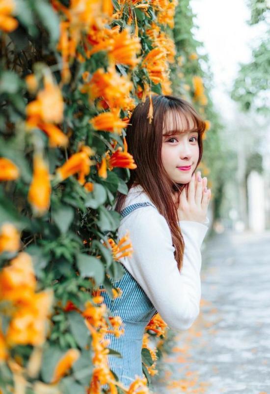 美女图片:齐刘海美女户外美照[多图]图片3