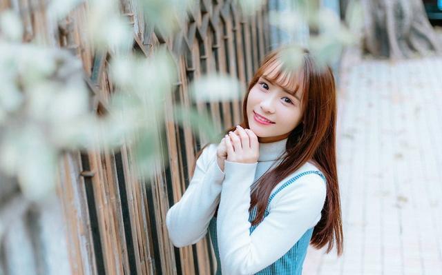 美女图片:齐刘海美女户外美照[多图]图片4