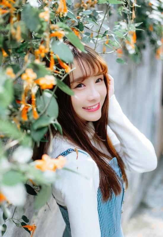 美女图片:齐刘海美女户外美照[多图]图片5