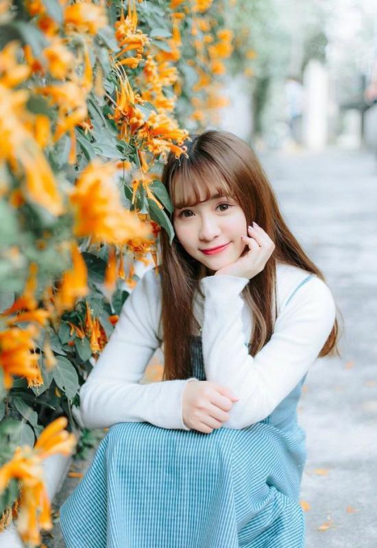 美女图片:齐刘海美女户外美照[多图]图片2