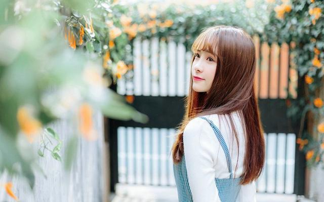 美女图片:齐刘海美女户外美照[多图]图片7