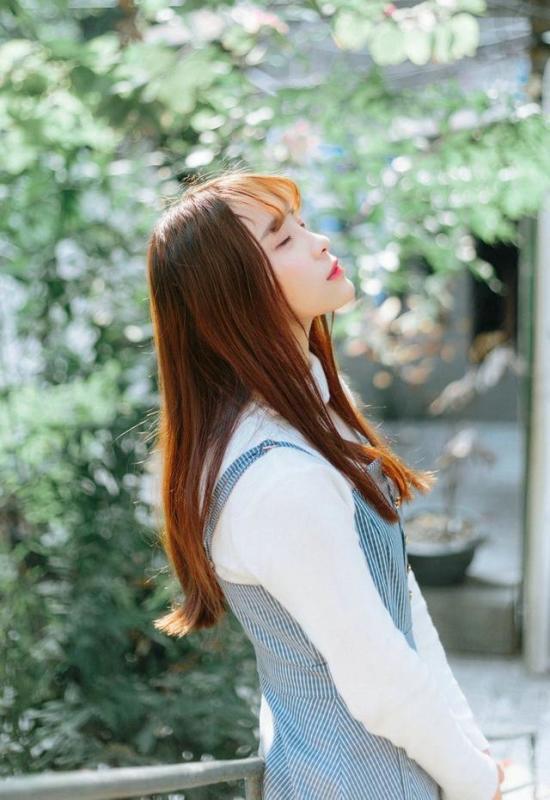 美女图片:齐刘海美女户外美照[多图]图片8