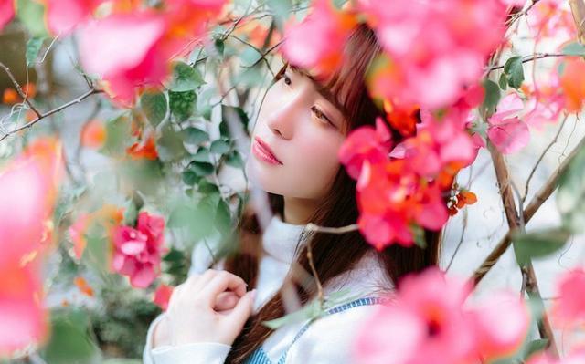 美女图片:齐刘海美女户外美照[多图]图片6