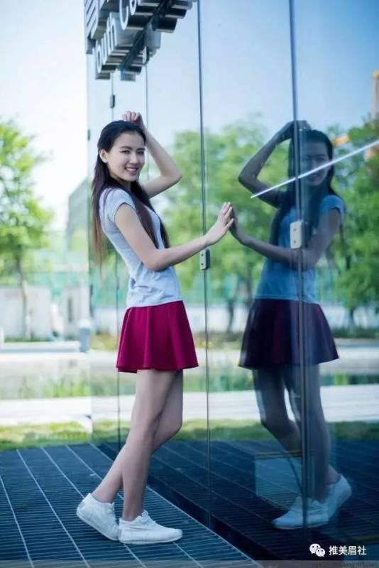 美女图片:高挑美女,搭配酒红裙好看吗[多图]图片8